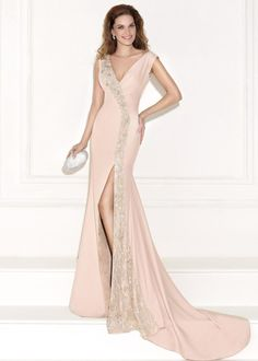 yanda derin yırtmaçlı işlemeli abiye elbise