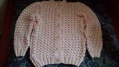 Gosto também de tricotar, principalmente nos dias frios, é gostoso ir tecendo os fios e ver o surgimento do trabalho, com muitas possibilid...