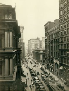 View of an automobile-crowded Eighth Street looking north toward Locust Street, 1920. Photograph by W.C. Persons. Missouri History Museum.