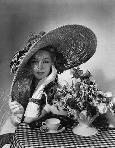 by Horst P Horst, 1936 Vogue cover 1936 Photographed by Horst P Horst.look at this hat!Vogue cover 1936 Photographed by Horst P Horst.look at this hat! Vintage Vogue, Mode Vintage, Vintage Glamour, Vintage Hair, Retro Vintage, Carole Middleton, Vogue Magazine Covers, Vogue Covers, 1930s Fashion