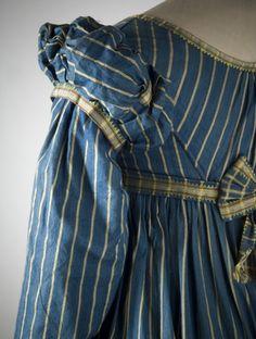 Digitalt Museum - Randig klänning av mörkblått halvsiden. Omkring 1815. Nordiska museet inv nr 164986.