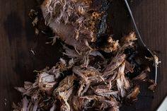 """Dit recept van culy voor een loeigoed broodje pulled pork met coleslaw komt van Jeroen Meus, de gezellige Vlaming die dagelijks op de Belgische tv met zijn programma Dagelijkse Kost te zien is. Nu is er een nieuw kookboek:Dagelijkse kost. Jeroen Meus: """"Amerikaanser kan bijna niet: een supertraag gegaarde varkensschouder, tot het vlees bijna uit elkaar valt, met …"""