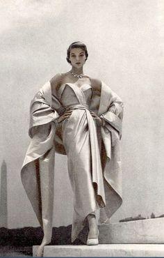 Jean Patchett vestindo um vestido de noite de cetim azul e branco por Christian Dior para a Vogue, 1951 Foto por Toni Frissell.