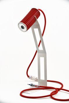 Arriva la prima lampada pensata per chi viaggia Leggera. smontabile e fatta con materiale elettrico di riuso: così si propone la PIXI