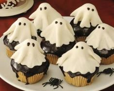 Dare to conjure the spirits this Halloween? I wouldn't, but try conjuring these marzipan ghost cupcakes instead not only are they spookily easy but they're supernaturally adorable. Halloween Desserts, Halloween Cupcakes, Postres Halloween, Halloween Treats, Happy Halloween, Halloween 2020, Halloween Decorations, Cheap Clean Eating, Clean Eating Snacks