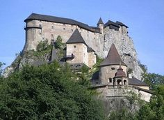 Orava Castle, SLovakia - The castle was built in the Kingdom of Hungary in the thirteenth century. Many scenes of the 1922 film Nosferatu were filmed here, the castle representing Count Orlok's Transylvanian castle. Castle Rock, Castle Ruins, Beautiful Castles, Beautiful Buildings, Most Beautiful, Chateau Medieval, Medieval Castle, Medieval Life, Globe Picture