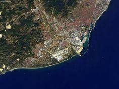 El Puerto de Barcelona en España visto desde el Espacio por el  ALOS ó también llamado Daichi