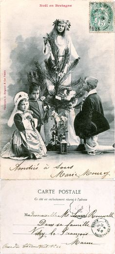 Noël en Bretagne - Quatre enfants bretons autour d'un sapin de Noël, deux sont à genoux - 1902 (from http://mercipourlacarte.com/picture?/1502/)