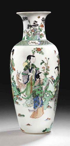 A RARE FAMILLE VERTE BALUSTER VASE, CHINA, QING DYNASTY, KANGXI PERIOD (1662-1722)