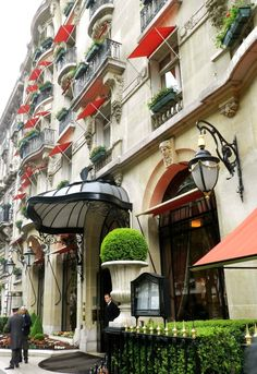 Hotel Plaza Athenee: try pastries made by Christophe Michalak!!!