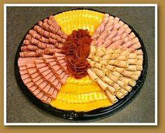 Las charolas o platillos con aperitivos u otros alimentos, son indispensables en fiestas o reuniones. Una buena presentación es important... Meat Cheese Platters, Deli Platters, Meat Trays, Meat Platter, Cheese Fruit, Food Platters, Diy Party Platters, Party Trays, Party Dips