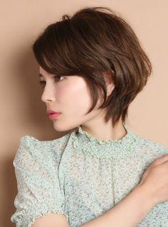 後頭部にボリュームのでるショートボブスタイルです!襟足は少し長めに残し、女性らしく立体的なスタイルにカットします。クセがある方はいかしてカットします。直毛の方はワンカールのパーマをかけます。顔型もカバーしやすいので比較的に似合わせやすいスタイルです Shot Hair, Love Hair, Gorgeous Hair, Short Bob Hairstyles, Cool Hairstyles, Asian Hair, Dream Hair, Short Hair Cuts, Curly Hair Styles