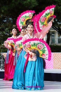 due to love to korean traditional dance Religions Du Monde, Cultures Du Monde, World Cultures, Korean Traditional Dress, Traditional Dresses, Korean Art, Asian Art, International Dance, Korean Painting