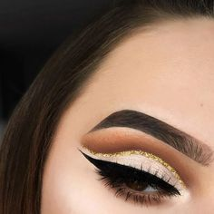 I think this glitter cut crease is so cute for the holidays! What's your go to look for the season? DETAILS: @beautybakeriemakeup Neapolitan EyesCream palette in the shades Strawberry, Sundae Funday, and Drive-Thru in the crease, and Cookie Dough EyesCream cream shadow as a base with Chocolate Chip from the palette over top, and their Gold Sprinkles glitter in the crease. I used their BROWnies in Brown for my brows, and Chocolate Chip again for my brow bone, inner corner, and cheek bone ...