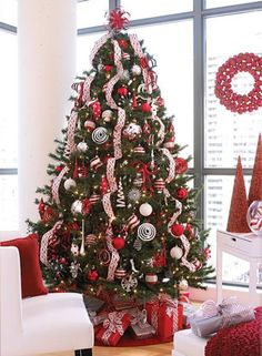 Here are the Red And White Christmas Tree Decoration Ideas. This article about Red And White Christmas Tree Decoration Ideas … White Christmas Tree Decorations, Silver Christmas Tree, Christmas Tree Design, Beautiful Christmas Trees, Noel Christmas, Winter Christmas, Xmas Tree, Christmas Ideas, Decorated Christmas Trees
