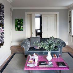 Klassische grauen Wohnzimmer mit modernen Akzenten …