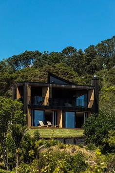 Described as a small yet perfectly formed home, Sandy Bay House by Stevens Lawson Architects sit discreetly among the vegetation on a steep site on Waiheke. New Zealand Architecture, Architecture Awards, Interior Architecture, Residential Architecture, Waiheke Island, Auckland New Zealand, The Locals, Cool Designs, Exterior