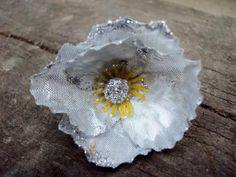 BIJOU BAGUE réglable et son ANEMONE agentée ACCESSOIRE MODE fleur artificielle