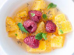 SADNA CHIA SOLATA - Sestavine: * olupljena pomaranča * maline * jabolko * 2 žlici chia semen * 1/2 dcl pomarančnega soka. Priprava: www.malinca.si/blog/sadna-chia-solata-2/