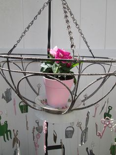 She+takes+an+ordinary+hanging+basket+and+turns+it+into+a+garden+idea+I+would+NEVER+have+thought+of!