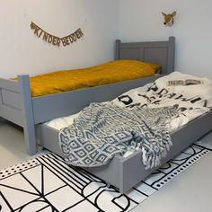 Prachtig juniorbed in massief grenen en dekkend grijs.  Dit luxe bed wordt met de hand gemaakt en heeft een ambachtelijke afwerking.  Het bed wordt inclusief lattenbodem geleverd.  Door de volwassen afmetingen kan uw kind er jaren mee vooruit.  Het matras kan apart bijbesteld worden in de maat 90x200cm Decor, Bench, Bed, Entryway Bench, Furniture, Grey, Home Decor, Toddler Bed