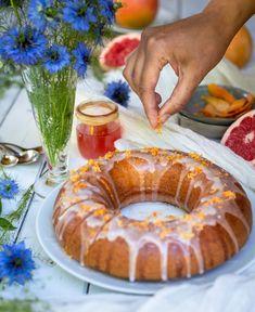 Redécouvrez le pamplemousse avec ce cake ultra moelleux végane ! Chaque bouchée est une explosion de saveurs (et de bonheur) de cet agrume trop souvent oublié quand on parle de dessert. Mon conseil : em /pressez vous de l'essayer ! Tarte Orange, Pickles, Camembert Cheese, Biscuits, Blogging, Pie, Gluten Free, Desserts, Food