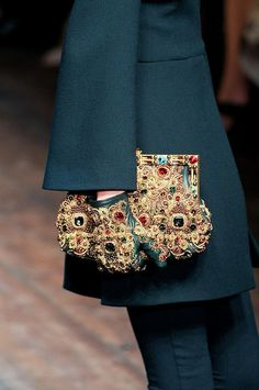 Fashion story| Tendenze moda autunno-inverno 2014/15: I guanti | http://www.theglampepper.com/2015/01/07/fashion-story-tendenze-moda-autunno-inverno-201415-guanti/