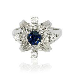 Mittig sitzt eine #Saphirdoublette mit 0,728 ct. Umgeben wird dieser Edelstein von 12 kleinen Diamanten mit 0,154 ct.  Diese 4 Steine haben zusammen 0,23 ct. Die #Edelsteine sind in Krappen gefaßt, wobei die Doublette von 4 Krappen gehalten wird.   Breite: 16,12 mm Gewicht in Gramm: 8,5 Ringmaß: 53  Gewicht der Edelsteine: Diamanten 0,384 ct, Saphirdoublette 0,728ct  http://schmuck-boerse.com/ring/272/detail.htm  http://schmuck-boerse.com/index-gold-ringe-11.htm