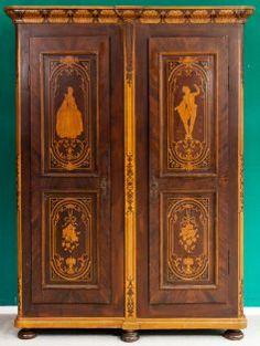 Repräsentativer HOCHZEITSSCHRANK. Zweitüriger, Vollmassiver  Nadelholzkorpus, Mittig Teilbar. #auktion #auction #