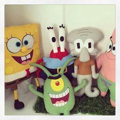 """O Plankton na nossa Turminha do Bob Esponja! Baby Pillows, Felt Toys, Diy Stuffed Animals, Softies, Diy And Crafts, Geek Stuff, Sponge Bob, Keychains, Create"