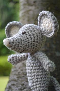Der kleine Hund Wuff ist in Love. Die kleine Maus Vieps hat es ihm angetan. Sie ist ein Stückchen größer als er und man sieht schön den Unterschied zwischen Nadelstärke 3 und 3,5. Wie so oft im Leb…