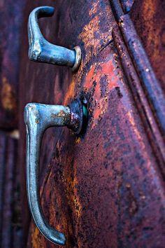 Nature Takes Over Pompe A Essence, Rust Never Sleeps, Rust In Peace, Dark Autumn, Rusty Cars, Peeling Paint, Rusty Metal, Vintage Trucks, Painted Doors