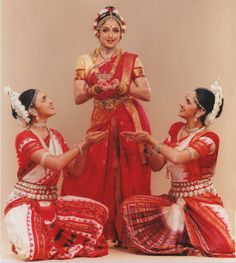 Hema Malini and her daughters Esha and Ahana Deol perform Indian classical dance in Parampara at a first ever concert in New York organized by SAMAA Dance India Dance, Folk Dance, Dance Art, What Is Culture, Kathak Dance, Save The Last Dance, Indian Classical Dance, Hema Malini, Dancing Day