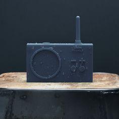 Ak sa vo vani radi hráte na aquabellu a jediné čo vám chýba je hudba, TYKHO 2 je vyrobené pre vás. Francúzsky dizajnéri značky Lexon mini rádiá priam milujú a robia ich na všetky možné spôsoby. TYKHO2  je gumený fešák s minimalistickým dizajnom, ktorý sa do mokrého priestoru skvelo hodí. Vezmite ho do kúpeľne, k bazénu, na loď alebo všade tam, kde by ste bežné rádio nevzali, lebo by to nemuselo prežiť. A hodí sa aj hocikam inam, kde majú radi veselý a nadčasový dizajn. Veď posúďte sami.. Walkie Talkie, Tech, Electronics, Simple, Technology, Consumer Electronics