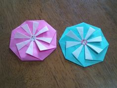 【nanapi】 お花を思わせるようなかわいいメダルを、折り紙で折る方法を紹介します。 多少難しいところもありますが、ぜひ完成させてみてください。 おり紙を半分に折り広げます。 折り紙を90度回転させて、もう一度半分に折り広げます。 表を中にして三角に折ります。 できた折り線...