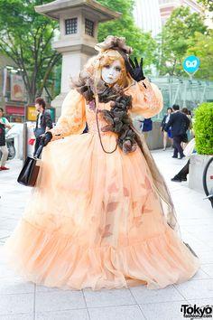 Japanese shironuri artist Minori on the street in... | Tokyo Fashion