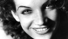 As Principais Musas do Cinema Brasileiro Clássico Carmen Miranda (1909-1955): Carmen  estreou no cinema em 1936 em  Alô, Alô Carnaval ao lado de sua irmã Aurora Miranda. Como cantora apresentou-se ao lado de sua irmã por todo o país. No final da década de 30 veio a chance de se estabelecer na América, e Carmen partiu para uma carreira internacional, se tornando a atriz brasileira de maior destaque nos Estados Unidos até hoje.
