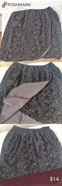 Cute grey with black pattern skirt Grey skirt with black pattern. Loose and flowy, comfortable to wear. Worn a couple times./ Falda gris con patron negro. Suelta, suave, y comida de usar. Solo fue usada pocas veces. Converse Skirts Mini