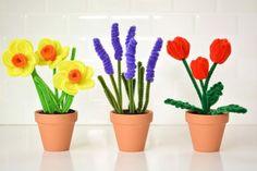 basteln-pfeifenreinigern-blumen-tulpe-lavendel-margarite-tontöpfe-klein-dekoration-stiel-blätter