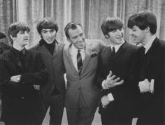Ed Sullivan poses with the Beatles on 9 Feb. 1964 on the set of his show during their first ever live U. From left to right: Ringo Starr, George Harrison, Sullivan, John Lennon, Paul McCartney. The Beatles, Beatles Photos, Robert Rauschenberg, Paul Mccartney, 60s Tv Shows, The Ed Sullivan Show, The Fab Four, British Invasion, Classic Rock