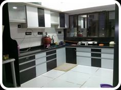 The maximum time of women is spent in the kitchen. According to Vastu Shastri, if Vastu is not right, it has adverse effect on the woman, also at home. Building A Kitchen, Bedroom Bed Design, Kitchen Gallery, Home Look, Door Design, Kitchen Furniture, Wall Colors, Kitchen Gadgets, Cool Kitchens