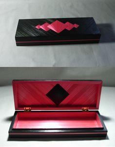 Boîte en marqueterie de paille rose et noir. http://www.alittlemarket.com/boutique/jylitis_creations-131277.html?pushPromotion=2