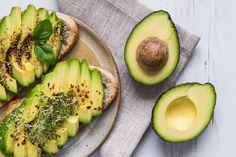Slik vet du om avokadoen er passe moden, og slik unngår du brun avokado. Lær å skrelle og dele avokado. Supre oppskrifter med avokado.