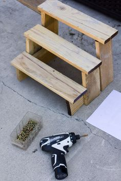 Why have one pot when you can have three? This DIY step ladder for planters means you can make the best use of your space by planting up! #homesfornature Diy Plant Stand, Garden Plant Stand, Schmuck Display, Craft Show Displays, Plant Shelves Outdoor, Outdoor Plant Stands, Plant Ladder, Diy Ladder, Craft Show Table