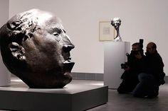 El IAAC Pablo Serrano ha incorporado un centenar de piezas del artista de Crivillén con las que se pretende hacer una re-visión de su obra y presentar los fondos de la colección estable del centro. www.aragondigital.es