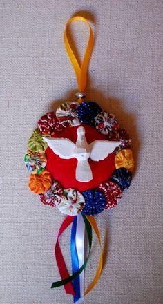 Mandala de feltro colorido, enfeitada com fitas, fuxicos e divino em madeira. Muito charmosa! Feltro disponível nas cores vermelho, azul, amarelo, rosa, verde e laranja. R$ 27,00