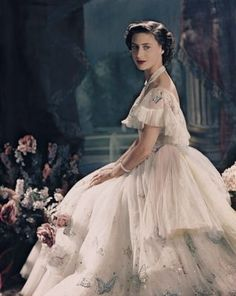 Her Royal Highness The Princess Margaret photographed by Cecil Beaton Margaret Rose, Princesa Elizabeth, Princesa Diana, Norman Hartnell, Images Of Princess, Die Queen, Princesa Real, Elisabeth Ii, Cecil Beaton
