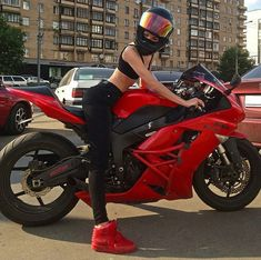 Image discovered by Captain Morgan. - Image discovered by Captain Morgan. Discover your own pictures (and save them! Motorbike Girl, Motorcycle Bike, Motorcycle Outfit, Lady Biker, Biker Girl, Captain Morgan, Moto Cross, Sportbikes, Biker Chick