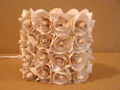 Olha que arte essa luminária!!! Faça vc mesma...  http://ateliedolixo.blogspot.com.br/2010/02/como-fazer-luminaria-de-rosas.html
