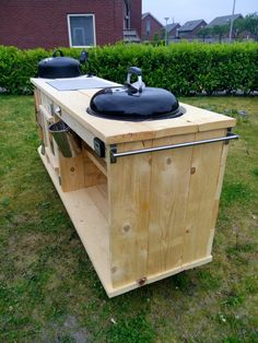 Verrijdbare BBQ tafel Big Green Egg Outdoor Kitchen, Big Green Egg Table, Outdoor Kitchen Patio, Outdoor Kitchen Design, Backyard Patio, Green Eggs, Kitchen Island On Casters, Kettle Bbq, Weber Kettle